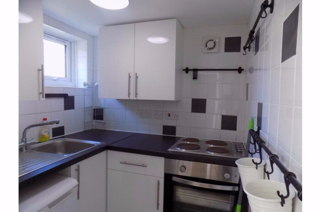 Stunning 1 bed apartment with own entrance and parking within walking distance to town, new refurb
