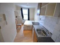 SELF CONTAINED STUDIO FLAT FREE ELECTRIC & WIFI AVAILABLE NOW