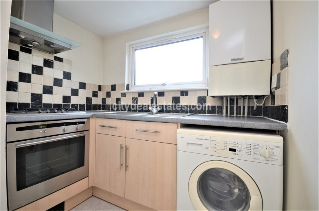 SW14: Two double bedroom flat - NO TENANT FEES
