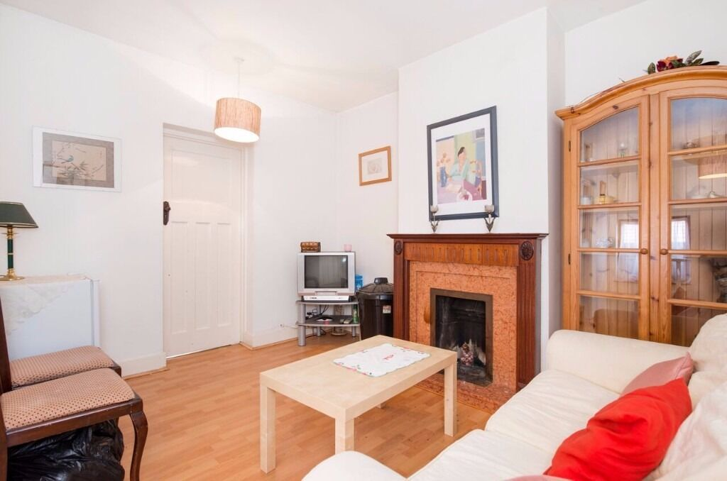 3 bed, 2 bath, split level flat in Hanwell West London - £1,750 PCM - Available Now