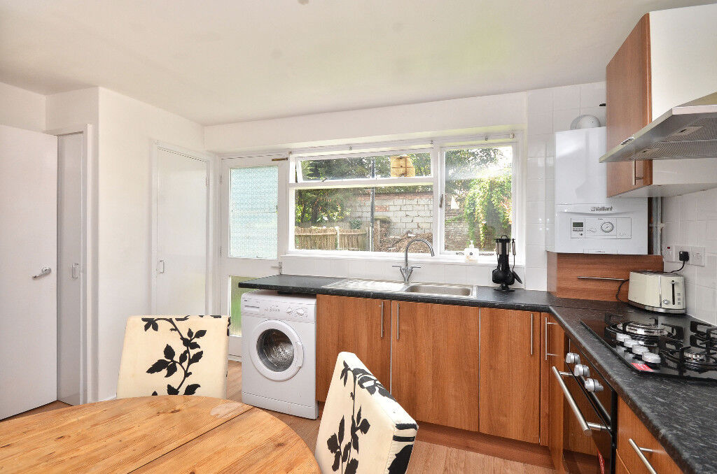 DOUBLE ROOMS AVAILABLE FOR RENT IN PLASTOW NEAR STATION**Less DEPOSIT REQUIRED AVAIABLE NOW