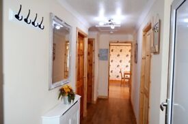 SHORT TERM & CORPORATE LETS GLASGOW - UP TO 8 SLEEPS -3 BEDROOM APARTMENT FREE WIFI AND PARKING