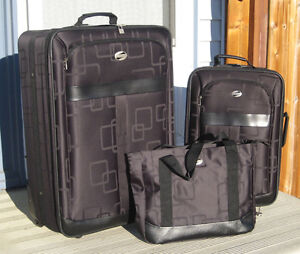 American Tourister 3 Piece Luggage Set in Black. New, Never Used