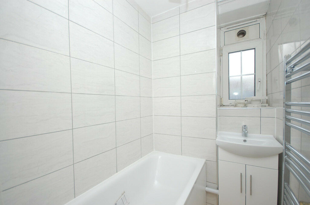 Large Recently Refurbished Cheap 2 Bed Flat, Opposite Elephant and Castle Tube Station, SE1