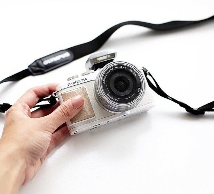 Olympus PEN E-PL7 Compact System Camera in White with 14-42mm EZ Lens