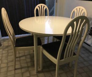 Table ronde en bois laqué blanc et ses 4 chaises