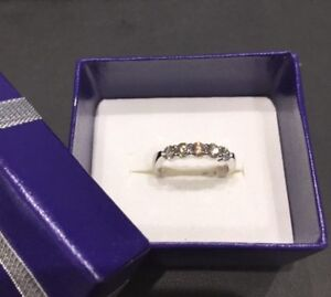18kt white gold wedding band with 5 hearts on fire diamonds