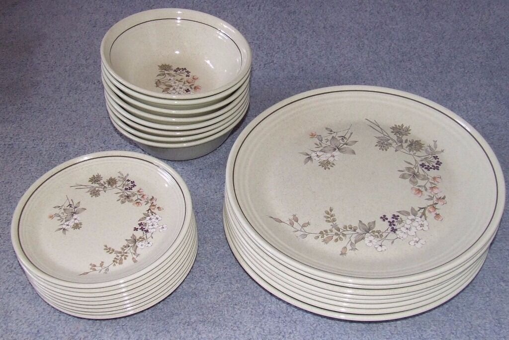 dinner service comprising 8 dinner plates 8 dishes and 9 side plates