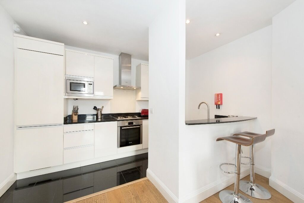 """Luxury 2 bed 2 bath in Vauxhall -40"""" Television , iPod dock & dvd player included!"""