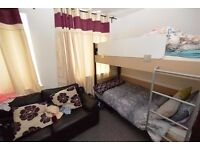 - A Bloody GOOD PRICE !!! ****** EXTRA SPACIOUS TWIN ROOM in ZONE 1