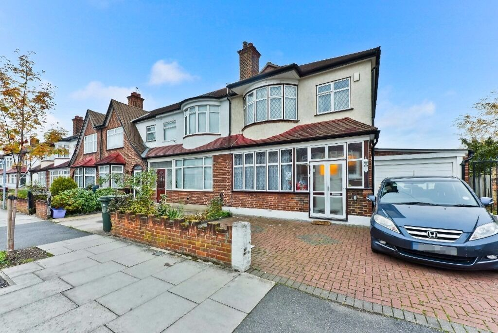 ***EDGEHILL ROAD, CR4 - A STUNNING 3 BED HOUSE WITH PRIVATE GARDEN & DRIVEWAY AVAILABLE NOW***