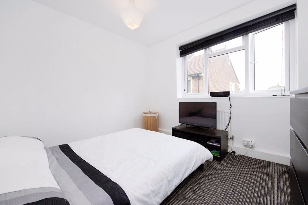 Large Three Double Bedroom Flat to rent Centrally Located in Acton Furnished, Parking, Balcony