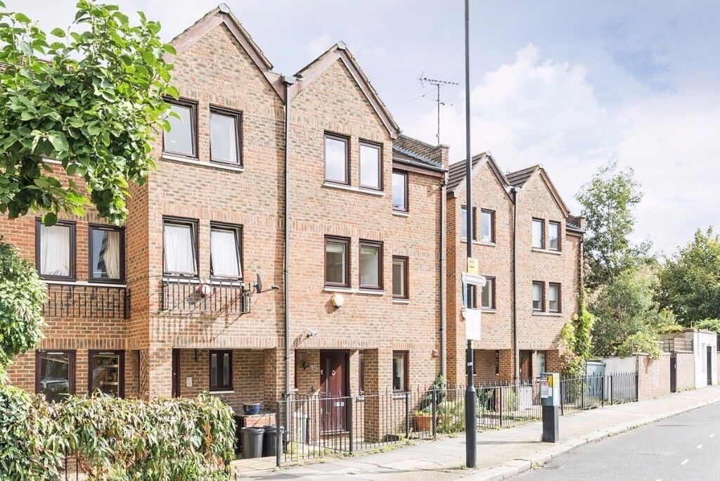 A beautifully presented four bedroom, three bathroom new build house, Bagleys Lane, SW6