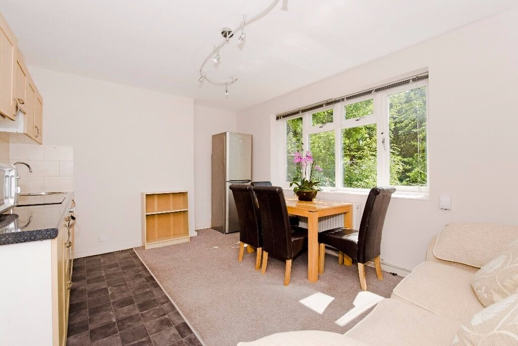 Newly redecorated 3 bedrooms and 3 bathrooms flat.