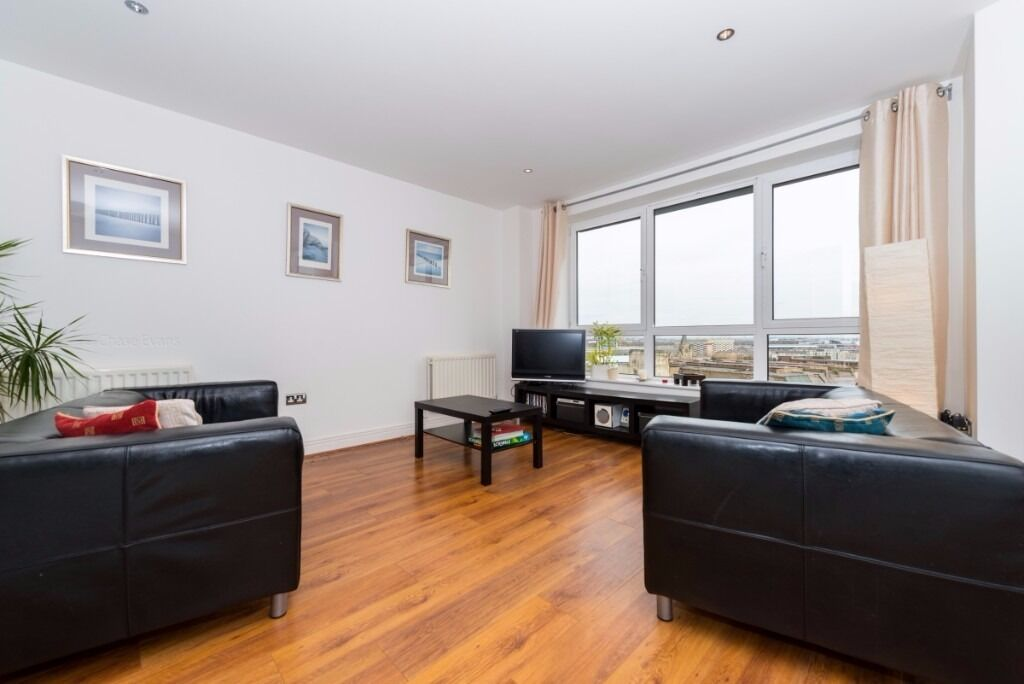 - Spacious 2 bedroom property perfect for students or sharers!-