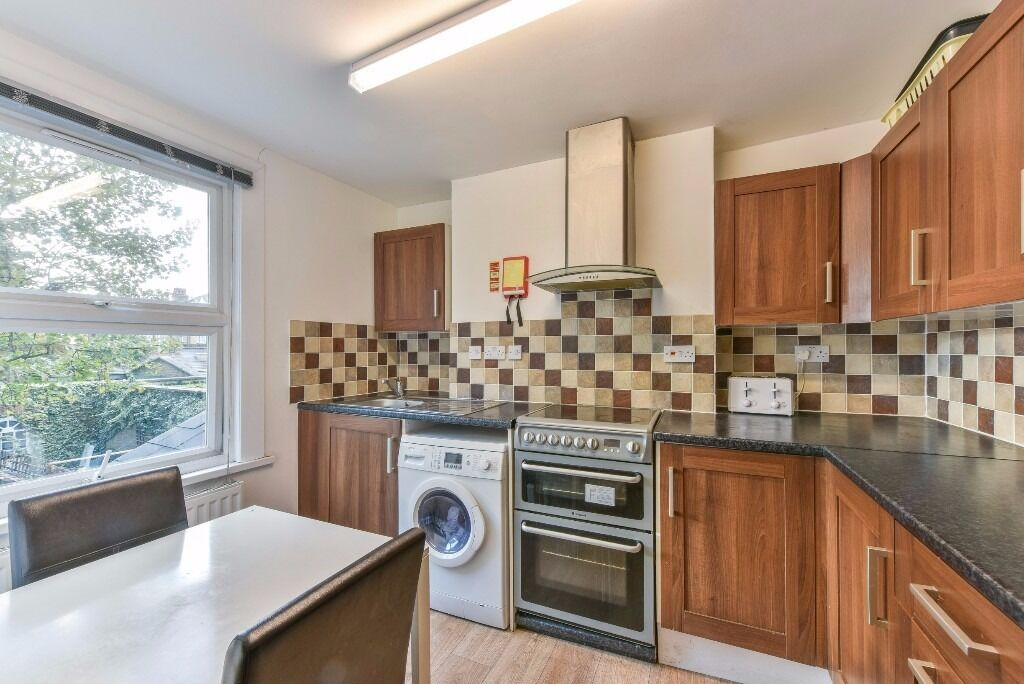 TRINITY ROAD, SW17 - STUNNING LARGE DOUBLE ROOM AVAILABLE NOW