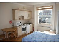 Spacious bedsit apartment in Baker Street ** Students welcome !!