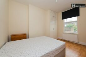 Good size double room in Acton Central, West London. Prime Location, Uxbridge Road. All incl.