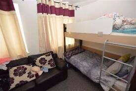 Bloody GOOD PRICE !!! ****** EXTRA SPACIOUS TWIN ROOM in ZONE 1