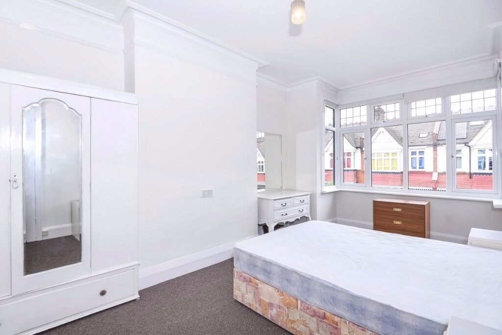 A spacious three bedroom house to rent on this quiet residential street in Southfields.