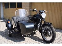 BMW R60/6 from 1976, with 800 cylinderheads and ural sidecar on the right (German)