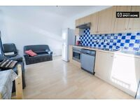 Room to rent in Southfields area in big flat