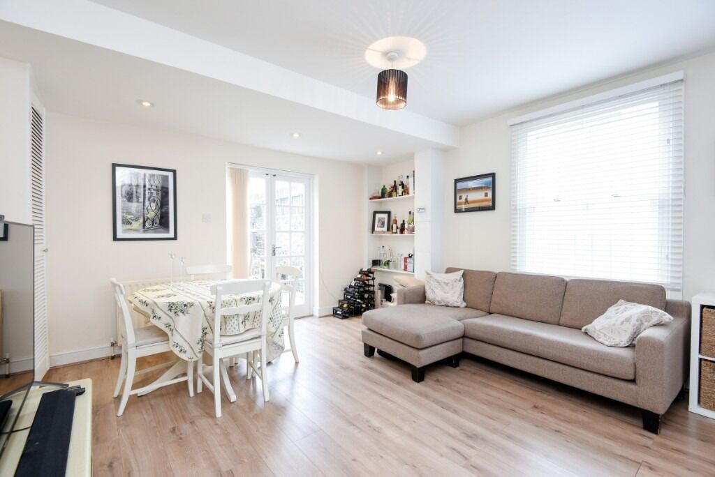A lovely recently refurnished two double bedroom ground floor flat, Querrin Street, SW6