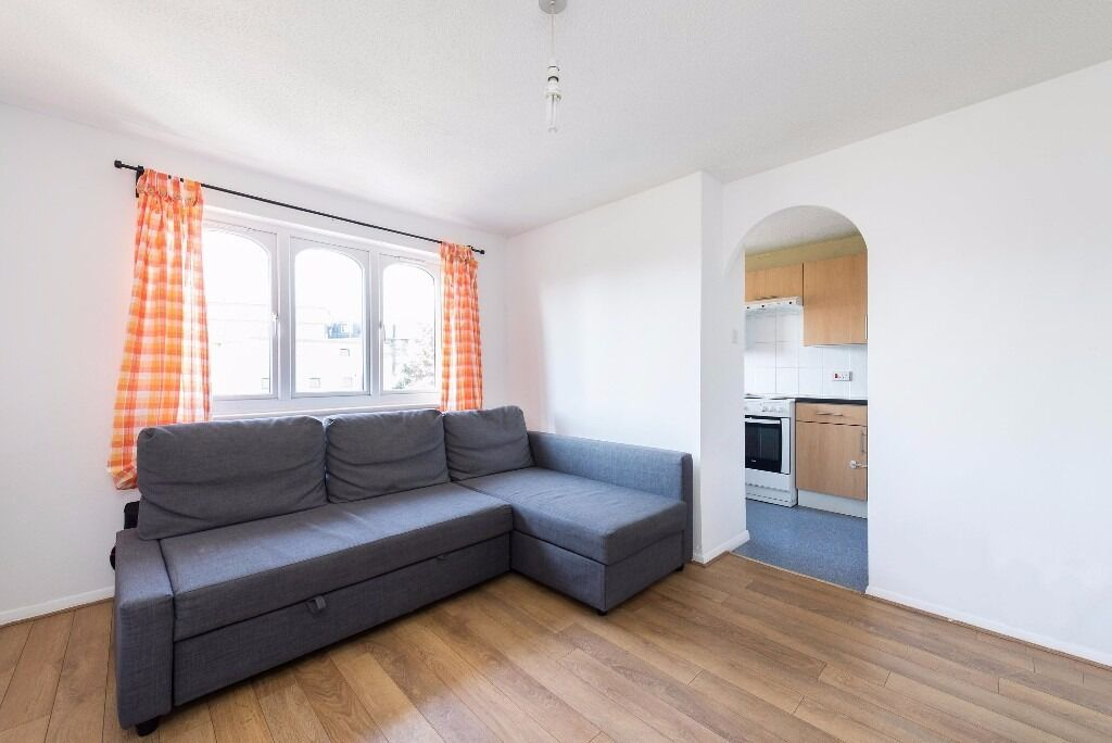 Glenville Grove - Large one bedroom flat available now in the perfect location.