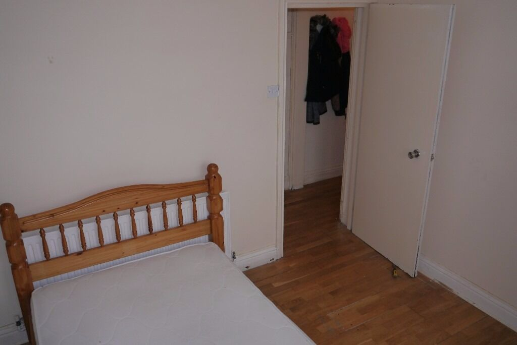 Small Double Room in Friendly House Share - All Bills + High Speed WIFI Included