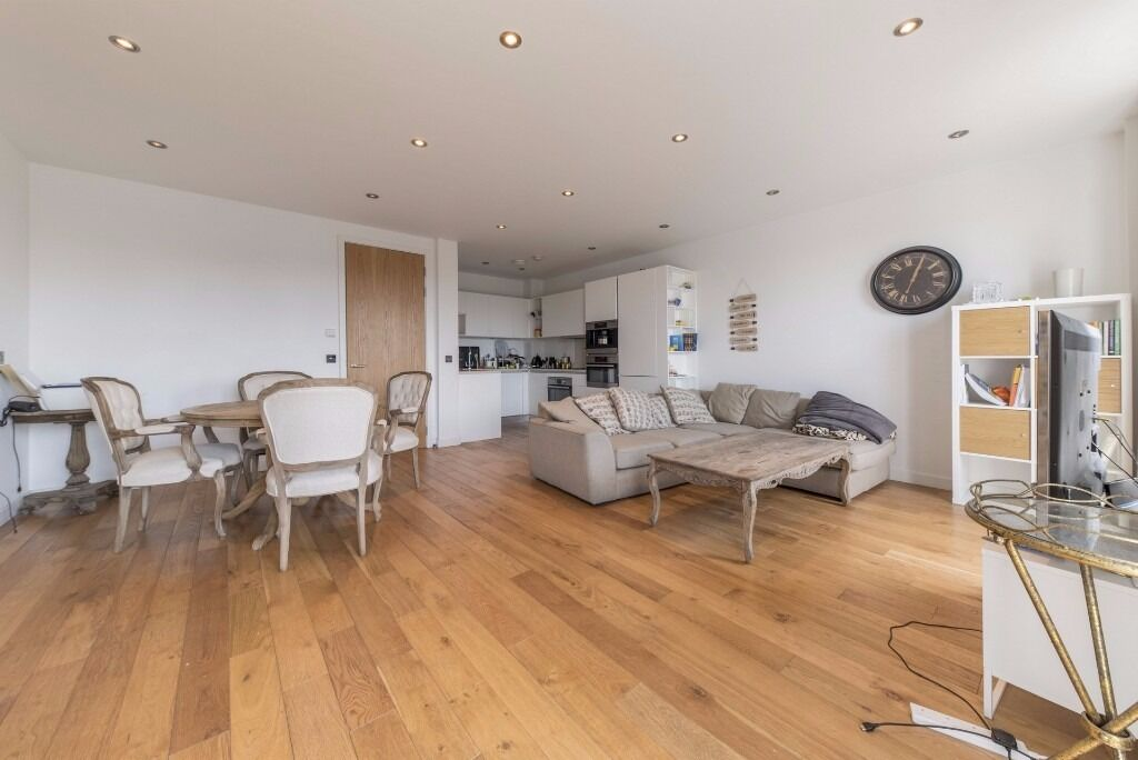 STUNNING 3 BED FLAT