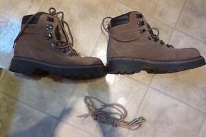 Paire de bottes hiver de marche pour femme, état neuf. ALDO
