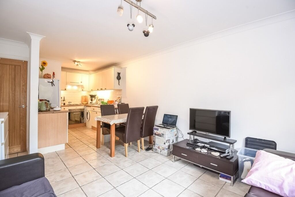 A bright and spacious one double bedroom ground floor flat, Maltings Place, SW6