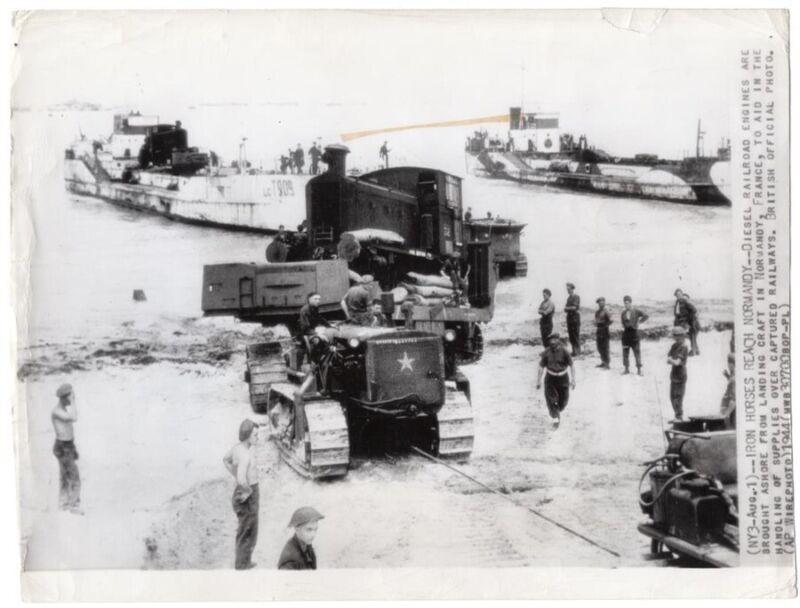 1944 Bringing Locomotive Ashore British Beach Normandy Original News Wirephoto