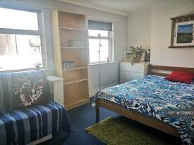 2 bedroom flat in Walworth Road, London, SE17 (2 bed) (#739693)