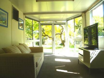 3 bdrms furnished flat - walk to Griffith uni & QEII 10km to CBD
