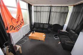 4 bedrooms in 15 Ash Crescent, Leeds, LS6 3LE