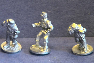 Gun Crew Stands - SHQ SS59 1/76 Diecast WWII German SS Grenadier Field Gun Crew Standing