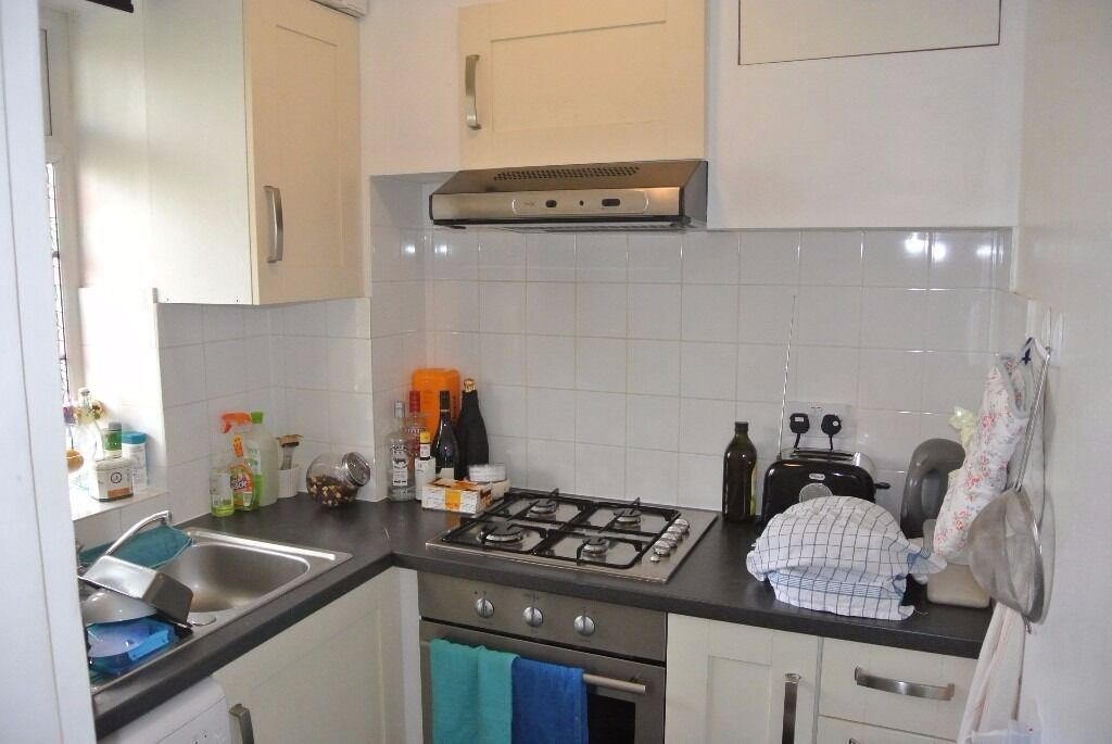 Gorgeous two double bedroom flat with communal gardens close to Streatham Hill station.