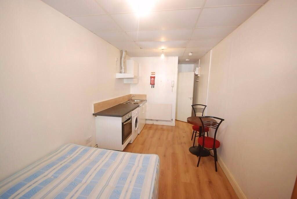 fully self contained studio- Caledonian road N1