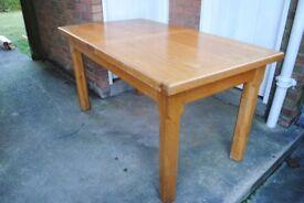 HEAVY SOLID OAK KITCHEN TABLE: L: 150cm extending to 190cm, and 230cm. W: 84.5cm. H: 78.5cm. £250.