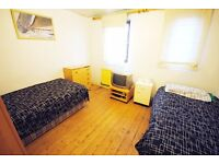 Spacious Twin Room in friendly house with living room and garden, Archway,3min from underground,13BO