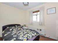 Large double room with a double bed ***** 5 mins to STRATFROD station