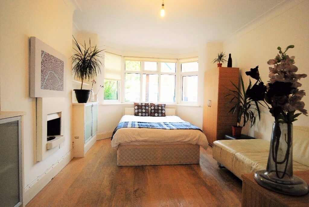 Large Modern Double Room in Golders Green