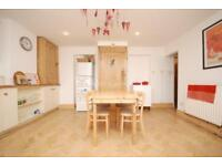 3 bedroom flat in Hanley Road, Crouch Hill
