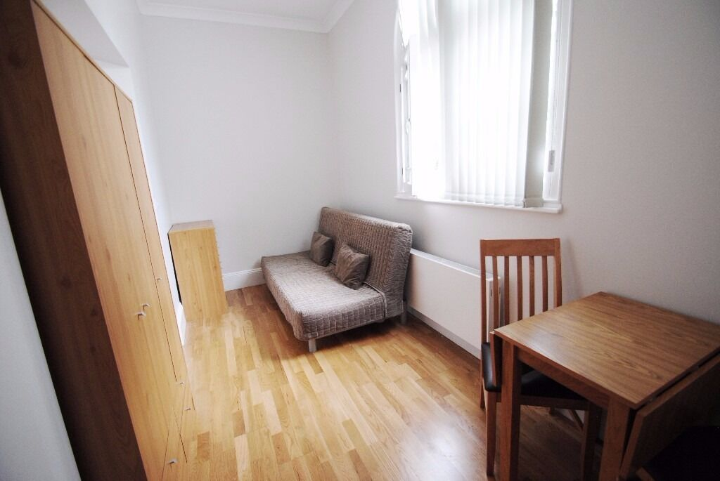 -STUDIO WITH ACCESS TO A COURTYARD IN CENTRAL BAYSWATER CLEVELAND GARDENS, W2 **ALL BILLS INCLUDED**
