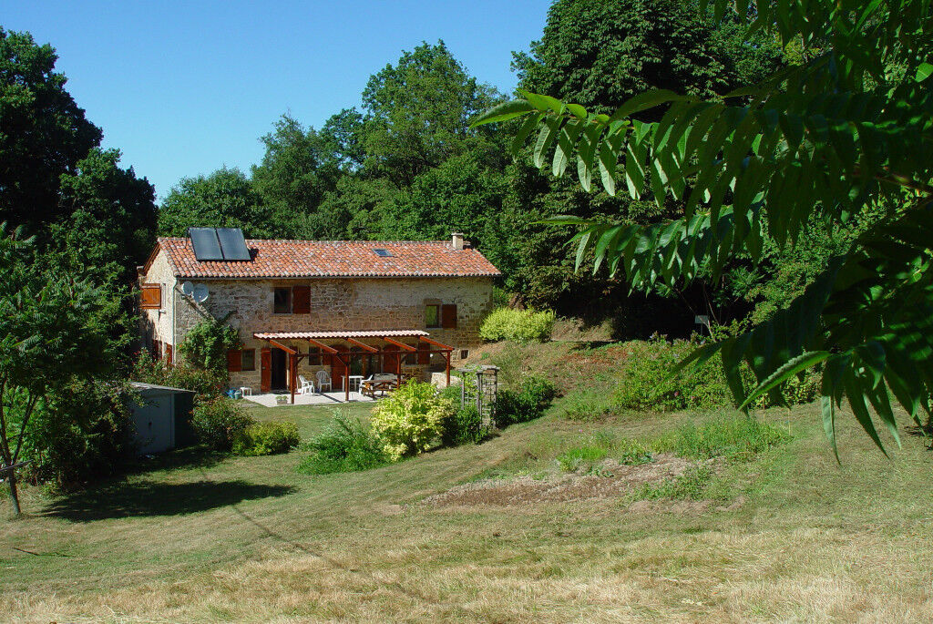 House for sale at a peaceful place with 21.000 m2 land, close by a lake in France. dep the Lot