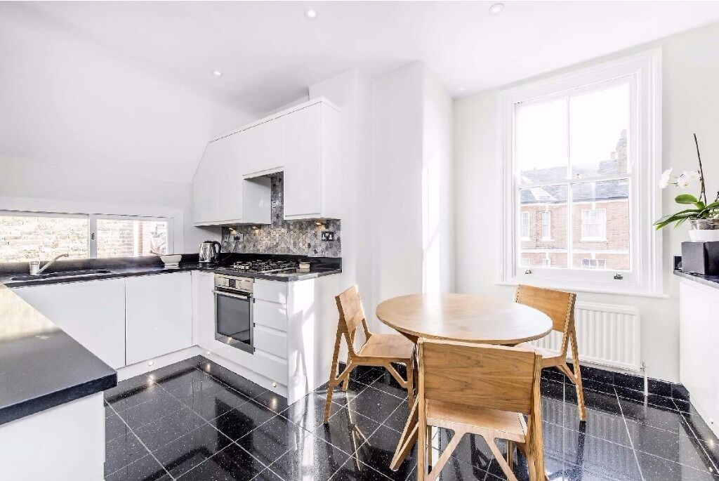 Upper Tooting Park, SW17 - A fantastic three double bedroom apartment in this handsome Mansion block