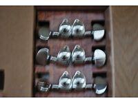 Machine heads: Six chrome Grover machine heads 3R 3L for guitar