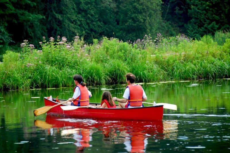 Kanufahren ist ein sportliches Hobby für die ganze Familie. (Foto: Thinkstock)