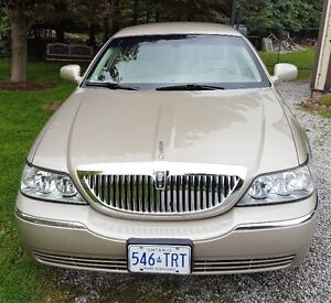 2005 Lincoln Town Car Signature Sedan